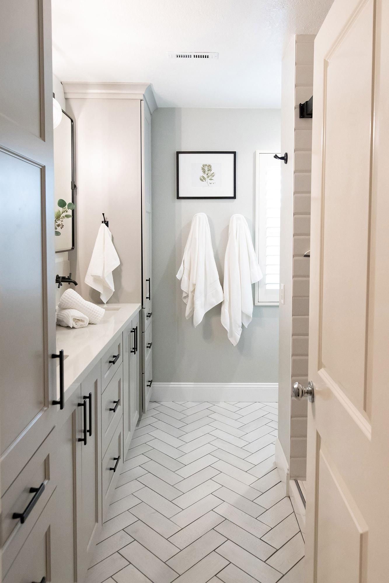 Herringbone-style-flooring-in-bathroom