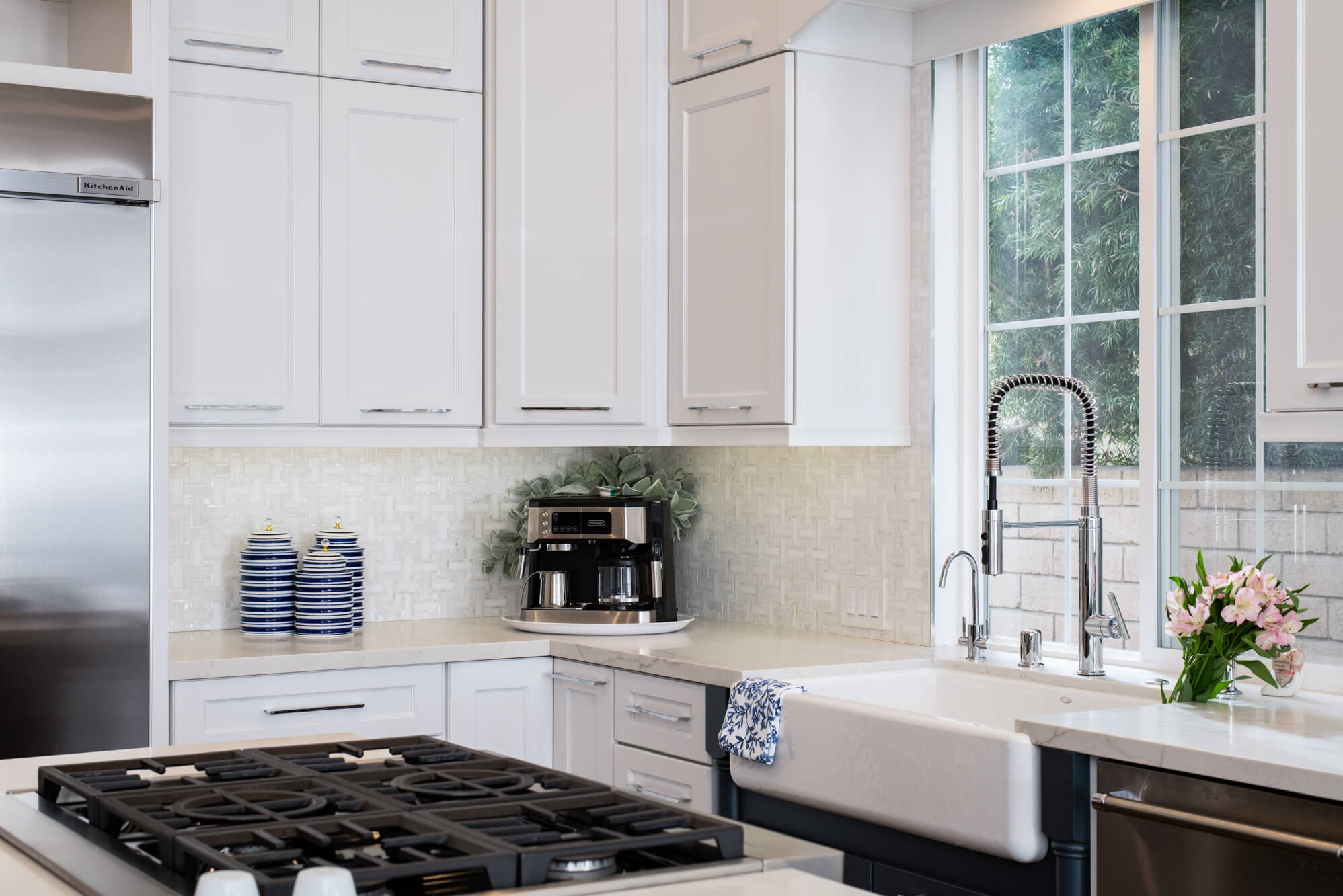 Shaker-style-cabinets-with-easy-maintenance-for-timeless-kitchen-design