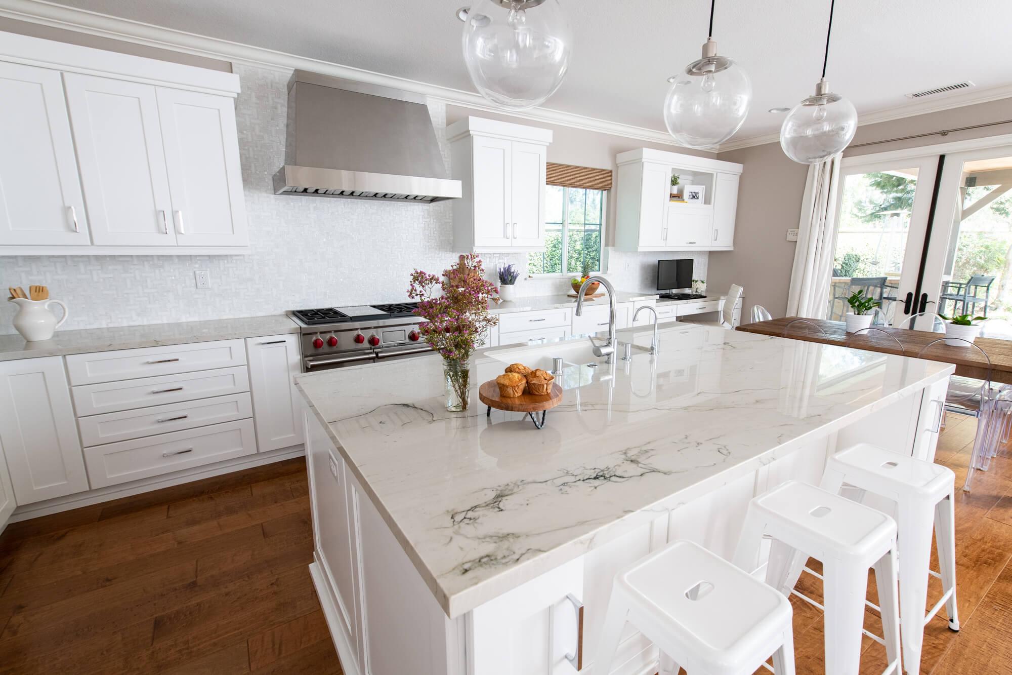 quartz-stone-countertop-with-vein-design-in-remodel